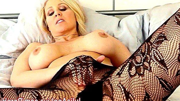 С большой грудью в возрасте трогает писю стриптиз голая (Julia Ann)
