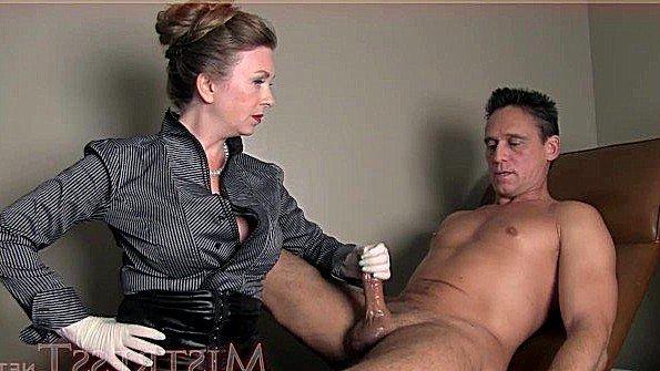 Титькастая девка дрочит член парню мамка (Mistress T)
