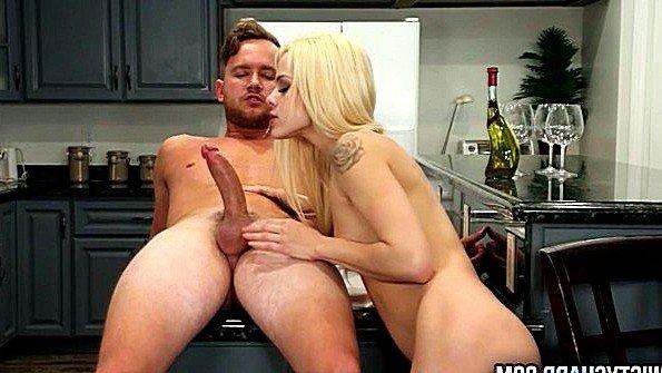 Блондинка жесткий секс красивая с маленькими сиськами (Elsa Jean)