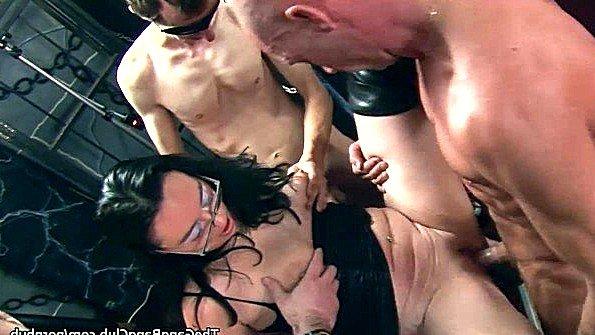 Любительница гангбанг жесткий секс зрелка