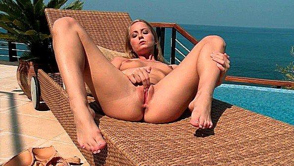Блонда симпатичная с маленькой грудью мастурбирует манду юная на публике