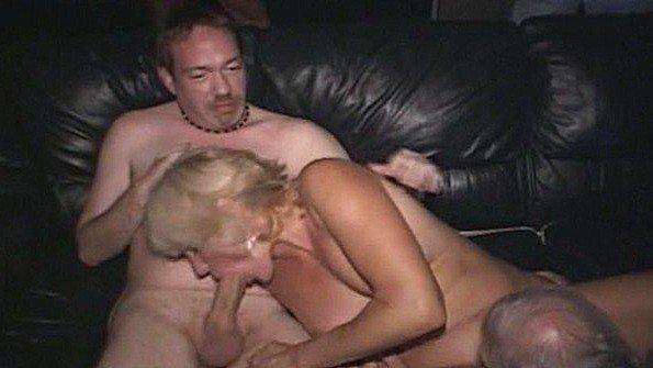 Непрофессионалка блондиночка лижет киску старуха