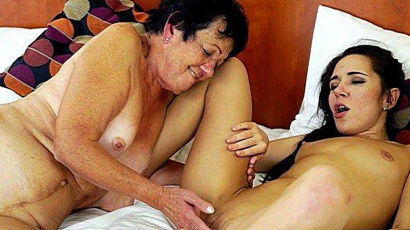 Баба лижет киску лесби дедок (Kerry Cherry)