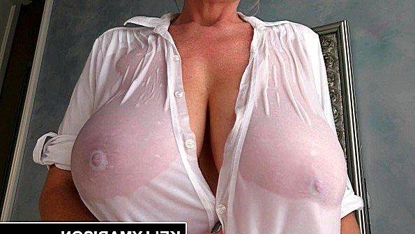 Сучка с большими сиськами мамаша трёт пизденку (Kelly Madison)