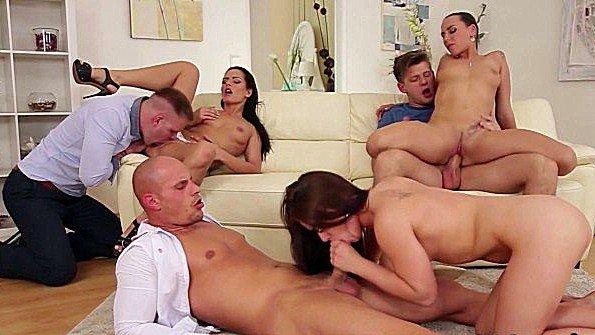 В задницу групповой секс со спермачём (Kari Sweet)