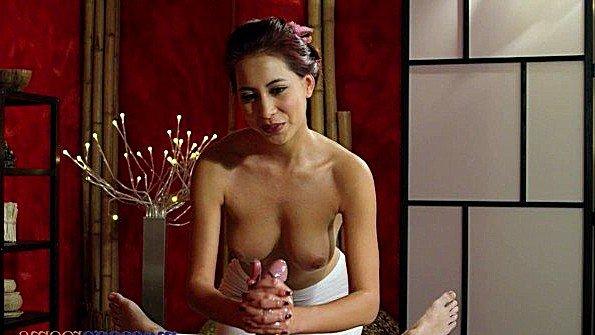 Азиатка крупным хуем баба на массаже (Christy Charming)