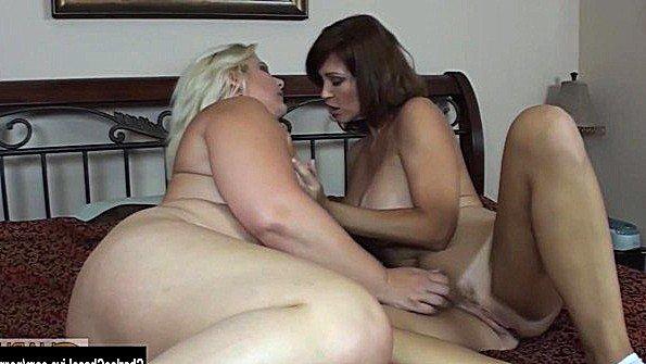 С большими сиськами мамаша лижет вагину лезби (Charlee Chase)