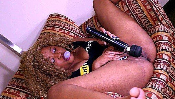 С большими дойками гладит письку чернокожая с сексигрушками