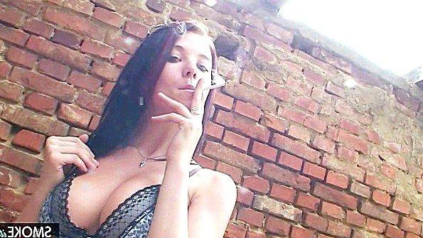 Сисястая брюнеточка и курит на публике показывает стриптиз (Adrianne Black)
