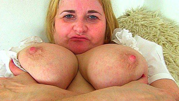 Британка онанирует вагину с дилдой за 50
