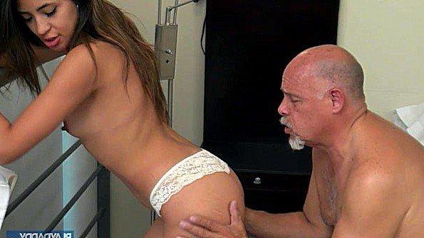 Огромным хуем девушка стройная старый мужик