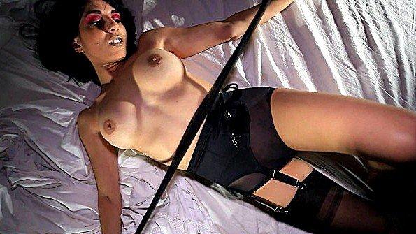 Аматерка титькастая девка онанирует вагину красивый стриптиз
