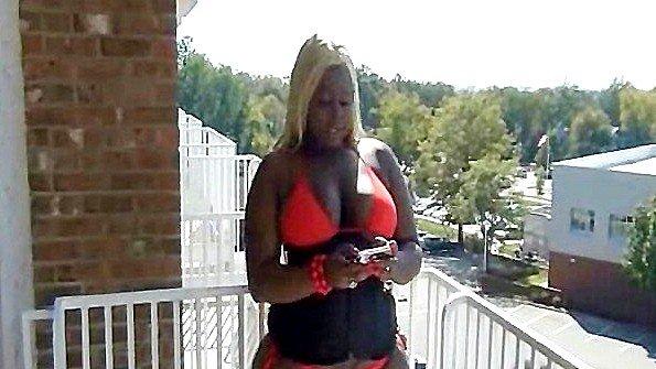 голую женщину трахают на улице