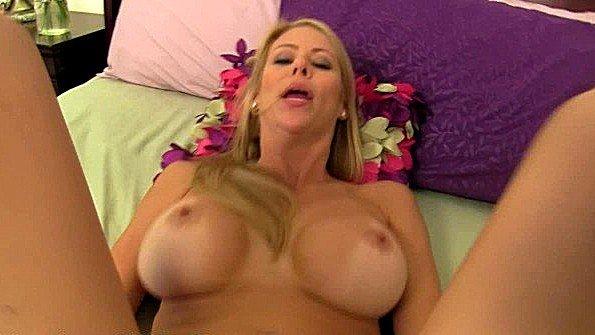 Телочка большегрудая жена секс от 1-го лица (Alexis Fawx)