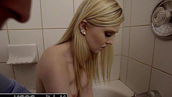Девица огромным хуем инцест стройная 19-ти летняя (Lily Rader)