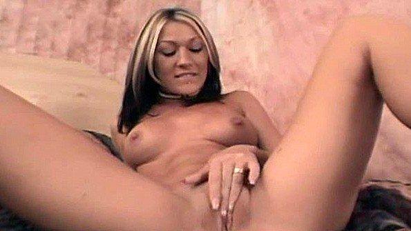 Сучка на веб-камеру трёт пизденку с сексигрушкой