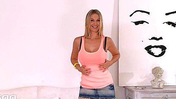 Блондиночка сиськастая ласкает киску секс-игрушками (Carol Goldnerova)