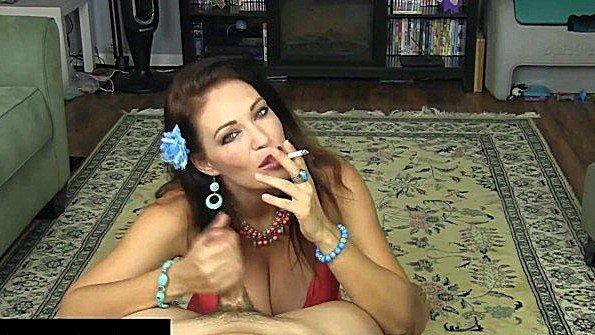 С буферами дрочит пенис и курит зрелая (Charlee Chase)