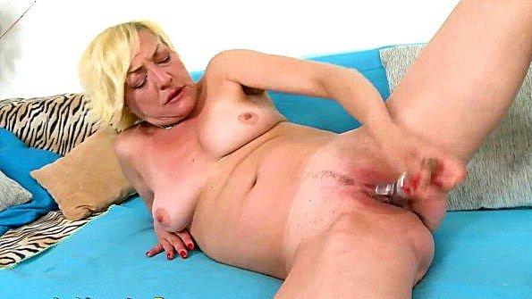 Блонда мастурбирует манду с самотыком старая показывает стриптиз