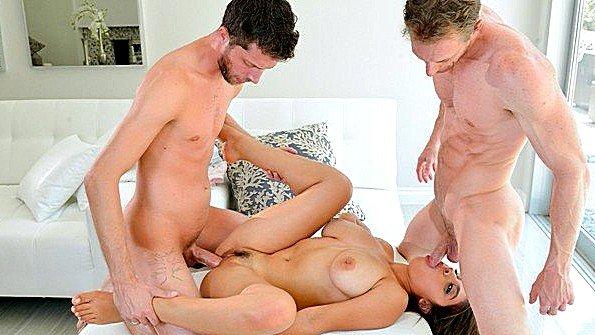 Сисястая брюнеточка секс втроем жесткий трах инцест (Ella Knox, Ryan Mclane)