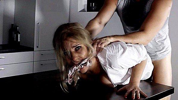Аматерша сучка домашнее жестоко обсосала хер