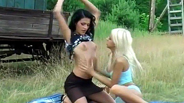 Блондинка брюнетка лесбиянки публично с вибратором