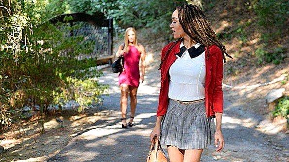 С большими дойками огромным хуем девушка 19-ти летняя чернокожая (Candice Dare, Julie Kay)
