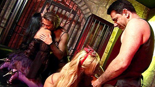 Телочку большегрудую крупным членом групповой секс два хуя сразу жестко выебали жена (Antonia Deona)