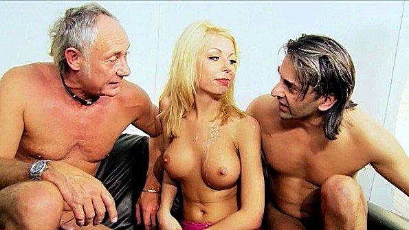 Красавица с крупными дойками ебля втроем сексуальная старик