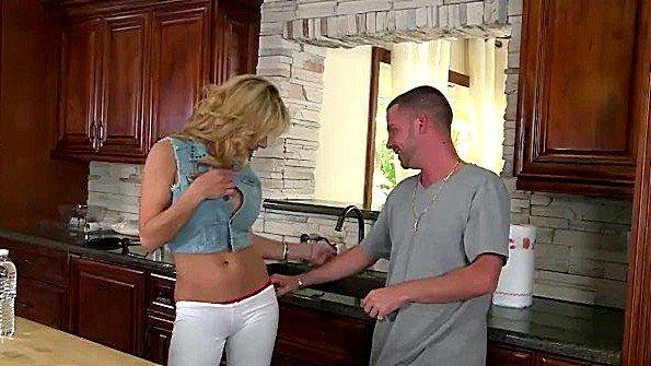 Девоньку с большой грудью огромным членом жестко трахнули в возрасте (Alyssa Lynn, Tony Rubino)