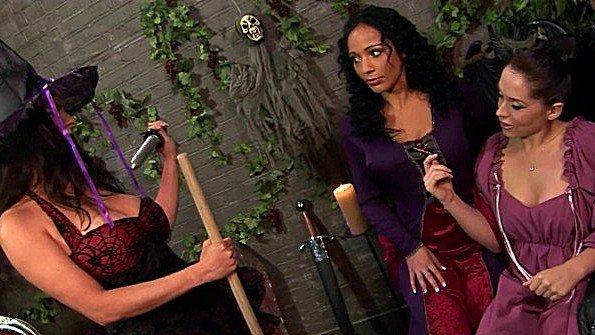 Титькастая девка трахаемся втроем мамка лезбиянки с дилдой (Anaya Leon, Linsey Dawn Mckenzie)