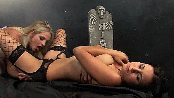 Девонька с большой грудью с большой задницей чувиха лижет влагалище лесбияночки с фаллоимитатором
