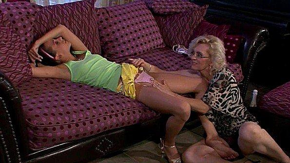 Грудастая брюнетка лесбиянки с маленькими сиськами старый мужик