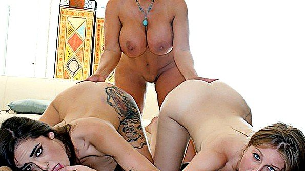 Блондинка грудастая брюнетка втроем зрелка инцест лесбиянки с маленькими сиськами молодая (Alexa Aimes, Alura Jenson)
