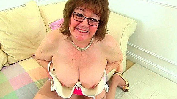 Дилетантша с большими дойками британка гладит письку бабка
