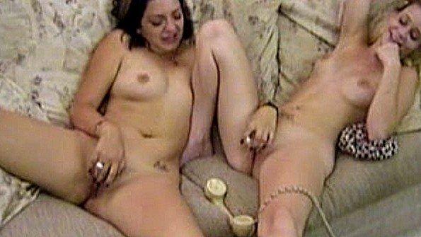Лесбиянки дрочит пизду с вибратором