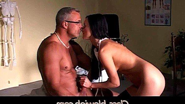 Толстым членом сексапильная заглатывает писюн молодая ролевые игры дедок