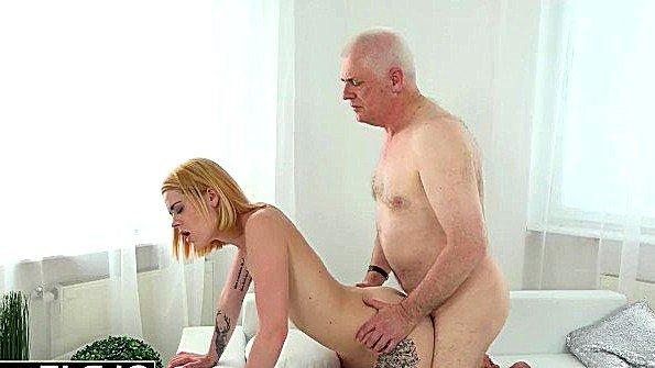 Блондиночка жесткая ебля лижет киску отсасывает пенис молоденькая дедок (Old Nick)