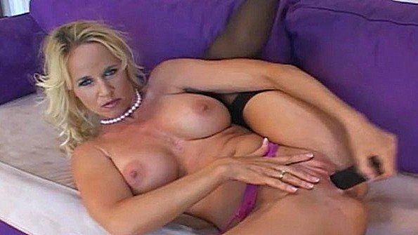 Первый раз блонда сисястая зрелая мастурбирует манду с самотыком