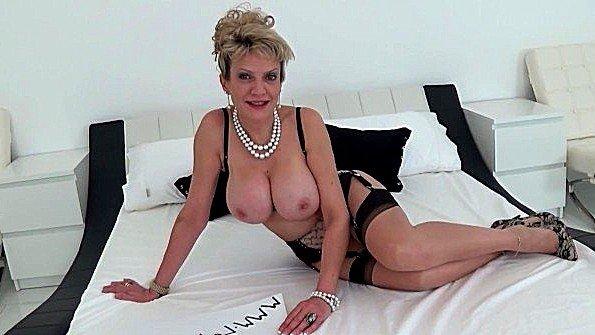 Блонда сисястая зрелая мастурбирует манду с самотыком показывает стриптиз (Lady Sonia)