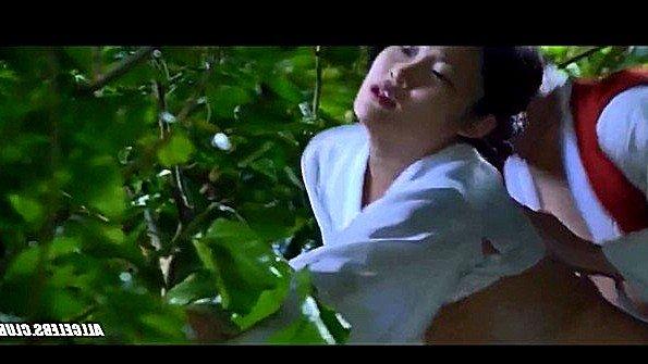 Титькастая девка знаменитость кореянка у всех на виду