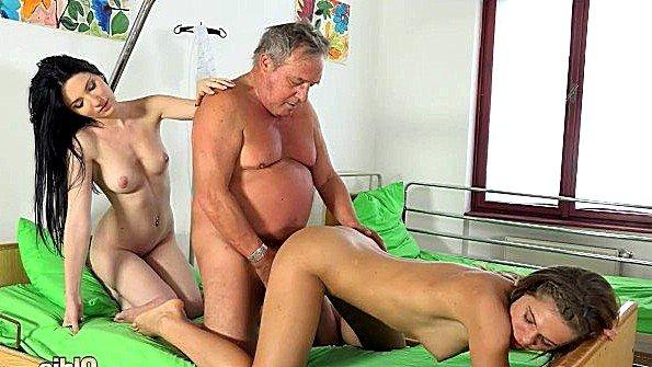 Втроем жесткий секс красивая молодая ролевые игры старый мужик