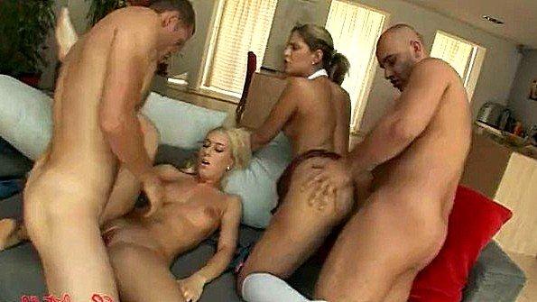 Блондиночка на вечеринке секс-оргия два члена сразу с маленькими титьками молоденькая