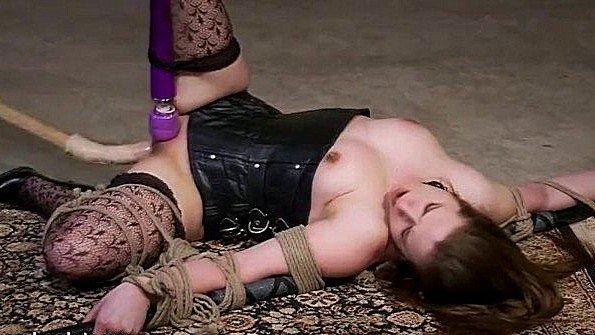 Завязанная жестко трахнули изнасиловали милая с фаллоимитатором мужик в годах