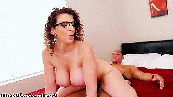 С крупными дойками с толстой жопой телушку жестко дерут дамочка (Sara Jay)