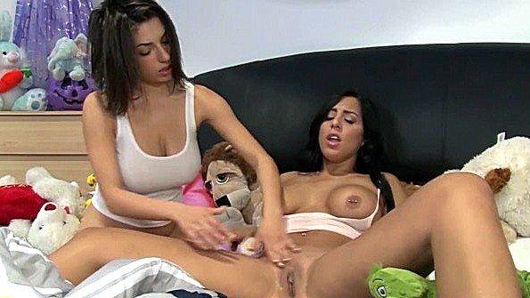 С большой грудью чувиха милая лижет влагалище лесбияночки (Darcie Dolce)