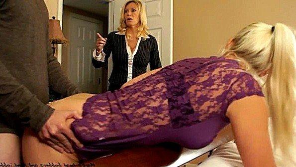 Любительницу с большой грудью секс втроем жестко трахнули в возрасте помладше мужик в годах (Charlee Chase, Macy Cartel, Mark Rockwell)