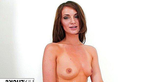 Телушка сексуальная с небольшими сиськами тискает клитор соло (Lily Carter)