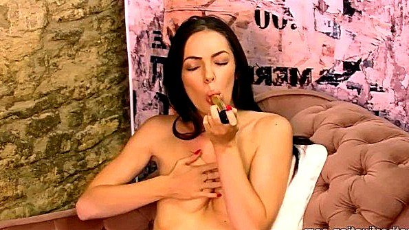 Британка девка аппетитная с плоской грудью онанирует вагину с дилдой соло красивый стриптиз