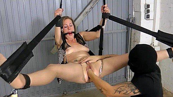Непрофессионалка толстозадая скованная милфа секс-игрушками фистинг